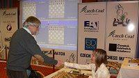 Vlastimil Hort se zdraví nad šachovnicí se svou soupeřkou Janou Jackovou na šachovém turnaji v Mariánských Lázních.