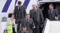 Angličtí fotbalisté Steven Gerrard (dole) a Wayne Rooney vystupují z letadla, které s nimi přiletělo z Jihoafrické republiky.