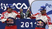 Pilot týmu Citroën Sébastien Loeb (vpravo) oslavuje se svým navigátorem Danielem Elenou triumf v Argentině.