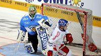 Marek Kvapil proměnil rozhodující nájezd proti Finsku, když ve třetí sérii nájezdů překonal Iira Tarkkiho.