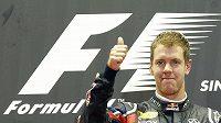 Sebastian Vettel ukazuje na stupních vítězů v Singapuru palec nahoru. Oprávněně, vyhrál podeváté v sezóně.