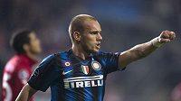 Wesley Sneijder z Interu Milán oslavuje trefu v duelu Ligy mistrů s Twente Enschede.
