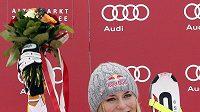 Americká lyžařka Lindsey Vonnová oslavuje triumf ve sjezdu
