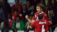 Jaroslav Plašil v dresu Bordeaux se raduje se svým spoluhráčem Alou Diarrou z branky do sítě Juventusu.