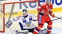 Útočník Tomáš Rolinek před finským brankářem na Českých hokejových hrách