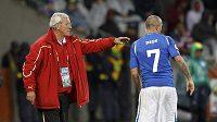 Italský trenér Marcelo Lippi udílí pokyny svému svěřenci Simone Pepemu.