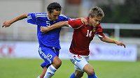 Tomáše Fabiána v dresu české fotbalové reprezentace do 21 let (vpravo) se snaží uniknout Alexi Della Vallemu ze San Marina.