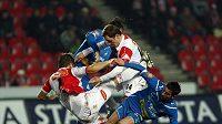 Fotbalistá Slavie David Hubáček a Zdeněk Šenkeřík ve skrumáži s plzeňskými hráči Tomášem Radou a Milanem Petrželou.
