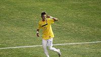 Brazilec Neymar dal gól a gestem naznačil, že chce slyšet aplaus bariér...