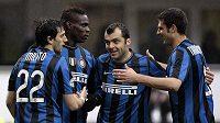 Hráči Interu Milán (zleva) Diego Milito, Mario Balotelli, Goran Panděv a Thiago Motta.