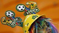 Mladý brazilský fanoušek se na duel s Pobřežím slonoviny vyzbrojil nápaditou pracovní helmou.