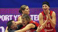 Finálová prohra s USA nebolela, pro český basketbal má i stříbro z MS barvu zlata. Na snímku radostné objetí trenéra Lubora Blažka s kapitánkou Hanou Horákovou.