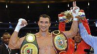 Ukrajinský boxer Vladimir Kličko obhájil mistrovský titul organizací WBO a IBF v těžké váze.