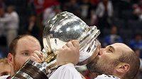 Tomáš Vokoun líbá pohár, který patří jen mistrům světa. To byl rok 2010. V tomto roce se na světovém šampionátu neukáže.