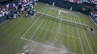 Až do úmoru hráli Francouz Nicolas Mahut (vlevo) a John Isner v prvním kole Wimbledonu.