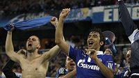 Raúl (vpravo) oslavuje s fanouškem triumf Schalke 04
