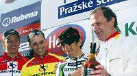 Robert Bakalář (vpravo) v objetí s francouzským cyklistou Miguelem Martinezem, který mu předal dárek k 65. narozeninám