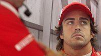 Při pohledu na pořadí šampionátu má Fernando Alonso k úsměvu daleko.