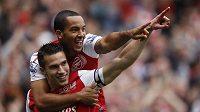 Útočník Arsenalu Robin Van Persie (dole) se raduje s Theo Walcottem z branky.