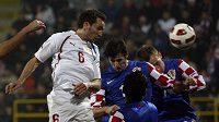 Tomáš Sivok střílí hlavou gól v přípravném duelu s Chorvatskem.