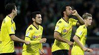 Patrick Owomoyela z Borussie Dortmund (druhý zprava oslavuje se spoluhráči svou trefu v utkání s Werderem Brémy.