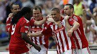 Fotbalisté Stoke se radují z branky.