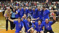 Volejbalisté Kladna s trofejí pro mistra ligy.