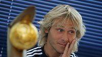 Český fotbalista Pavel Nedvěd s trofejí pro vítěze Zlatého míče