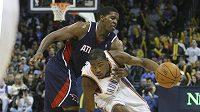 Basketbalista Oklahoma City Kevin Durant (vpravo) se probíjí přes hráče Atlanty Joea Johnsona.
