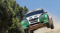 Juho Hänninen s vozem Škoda Fabia S2000 přelétává horizont při Italské rallye na Sardinii.