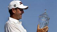 Golfista Harrison Frazar s pohárem pro vítěze.
