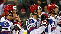 Alexander Ovečkin (vlevo) a jeho spoluhráči z Ruska po prohraném zápase s českým týmem