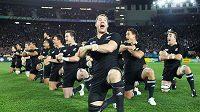 """Novozélandští ragbisté """"All Blacks"""" předvádějí tanec haka před zápasem s Francií."""