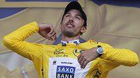 Švýcar Fabian Cancellara obléká žlutý trikot pro lídra Tour, který si vyjel v úvodním prologu v Rotterdamu.