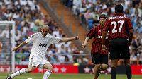 Zinedine Zidane (vlevo) v dresu Realu Madrid v exhibičním utkání proti AC Milán.