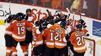 Hokejisté Philadelphie se radují z postupu do finále Stanley Cupu.