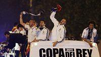 Fotbalisté Realu Madrid triumfálně oslavují zisk Španělského poháru.