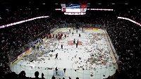 Záplava plyšáků na ledě týmu Calgary Hitmen.