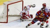 Hokejisty Spartaku nezachránil od vyřazení ani brankář Dominik Hašek.
