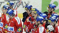 Zklamaní hokejisté Pardubic po vyřazení v semifinále z play-off.