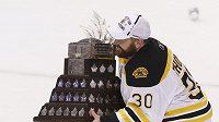 Tim Thomas s Conn Smythe Trophy pro nejlepšího hráče play off NHL