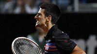 Srb Novak Djokovič se raduje z výhry nad Britem Murrayem v semifinále turnaje v Římě.