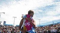 Srbská tenistka Ana Ivanovičová opouští kurt v Melbourne po porážce ve druhém kole.
