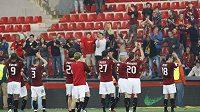Fotbalisté Sparty děkují divákům.