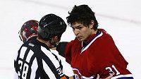 Jeden z hlavních rozhodčích domlouvá brankáři Montrealu Carey Priceovi.