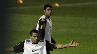 Daniel Alves (vlevo) při roztržce s Juliem Baptistou na tréninku brazilské reprezentace.