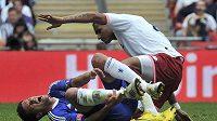 Michael Ballack se svíjí v bolestech po faulu Boatenga z Portsmouthu ve finále Anglického poháru.