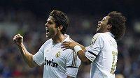Kaká z Realu Madrid se raduje se spoluhráčem Marcelem z gólu proti Villarealu.