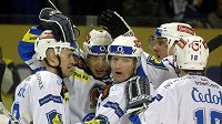 Hokejisté Plzně se radují z branky do sítě Liberce.