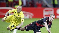 Michal Kadlec (vpravo) v souboji s Borja Valerem z Villarrealu